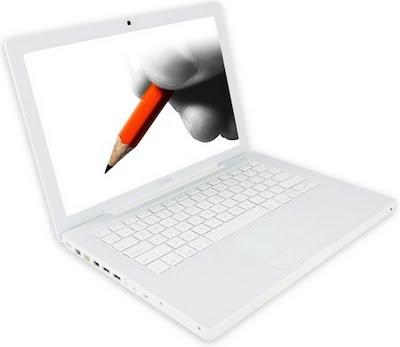 si vede un pc portatile aperto sul cui schermo è raffigurata una matita rossa impugnata tra il pollice e l'indice di una mano